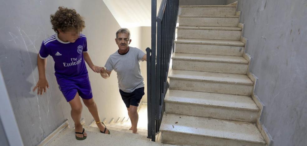«Tengo cáncer y vivo en un quinto sin ascensor porque la Junta no lo arregla»