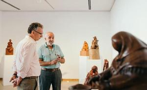 Pedro Monago expone parte de su obra en la Casa de Cultura