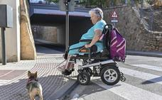 «Han rebajado los bordillos, pero mi silla no los sube»