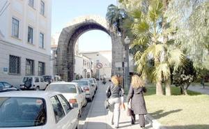 El Arco de Trajano de Mérida se corta al tráfico desde este lunes por la Semana de la Movilidad