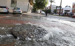 Una avería en una tubería de la avenida Juan Carlos I inunda un tramo y otras vías