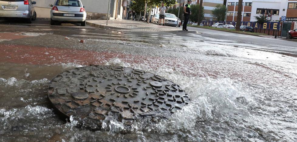 Una fuga de agua inunda la avenida Juan Carlos I de Mérida