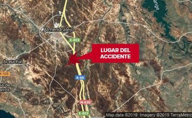 Dos personas sufren policontusiones en una caída de moto cuando circulaban por la A-66 en Almendralejo
