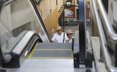 Las escaleras mecánicas de la calle Alzapiernas de Cáceres se ponen en marcha