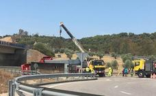 Restablecido el tráfico en la N-630 en Monesterio tras volcar un camión cargado de vigas
