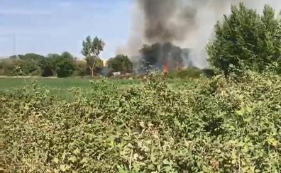 Los bomberos de Olivenza y efectivos del Infoex sofocan un incendio cerca de San Rafael de Olivenza
