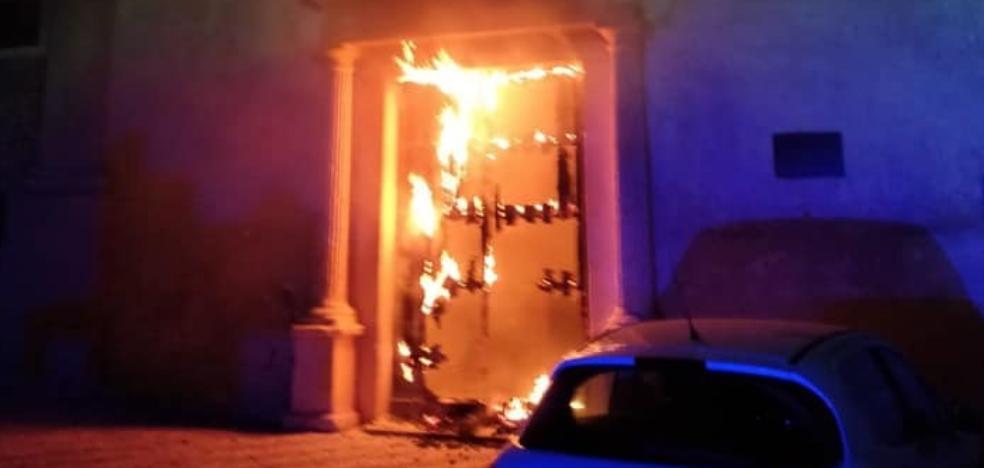 Queman intencionadamente la puerta del Convento San Juan de Dios de Olivenza