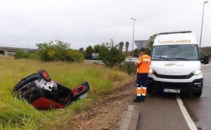 Dos heridos leves en una salida de vía cerca del barrio de Cerro Gordo en Badajoz