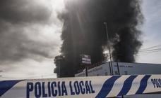 Columna de humo causada por el incendio de la panificadora en Badajoz