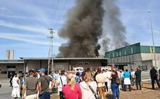 Evacúan toda la manzana de la panificadora Nevero en Badajoz por el incendio