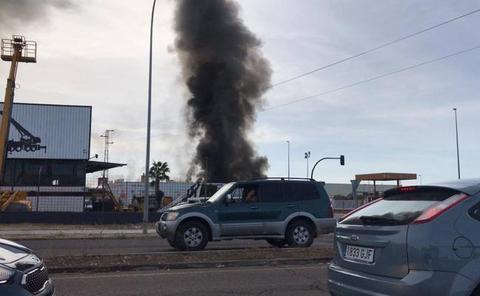 Activan el Plan Municipal de Emergencias por el incendio de la panificadora en Badajoz
