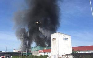 El helicóptero y el 'halcón' del Infoex se suman a los trabajos de extinción del incendio en Badajoz