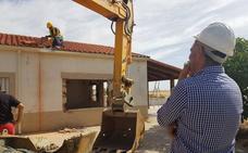 Derriban un chalé ilegal en Sierra de Fuentes