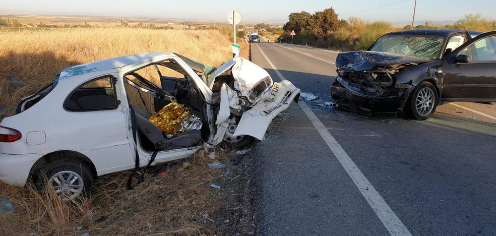 Cinco heridos, dos de ellos graves, en un choque frontal entre dos coches cerca de Acedera