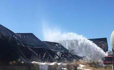 Los bomberos siguen refrescando el bazar chino calcinado en el incendio del Nevero en Badajoz