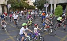 Más de 5.000 personas se suben a la bici en Badajoz
