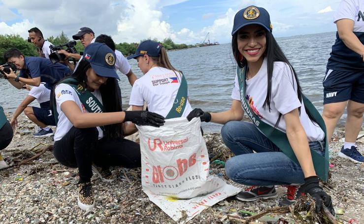 Las candidatas de Miss Mundo participan en la limpieza costera en Filipinas