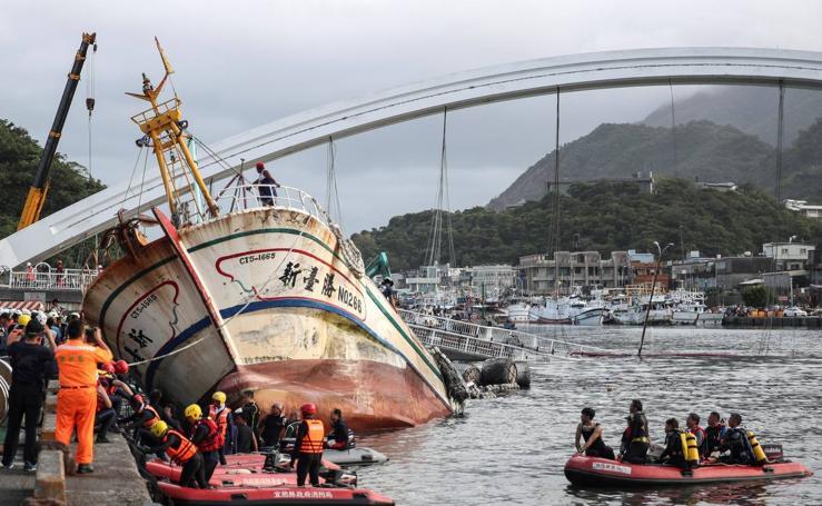 Un puente se derrumba en Taiwán dejando 12 personas heridas, 2 muertas, 4 desaparecidas