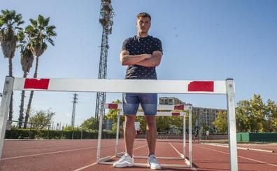 Un saltador de vallas en la portería del Badajoz