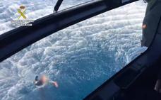 La Guardia Civil obliga a unos narcos a auxiliar a varios de sus agentes que cayeron al mar