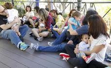 Madres y matronas cacereñas sensibilizan sobre los beneficios de la lactancia