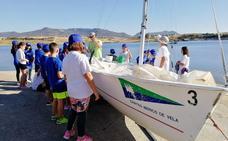 Los alumnos del colegio Santo Domingo de Orellana la Vieja se inician en el deporte de vela