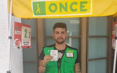 El cuponero de la ONCE Iván Hernández reparte 20.000 euros en Azuaga