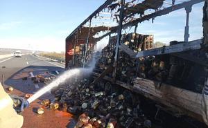 Reabierta la A-5 a la altura de Almaraz tras incendiarse un camión con latas de tomate