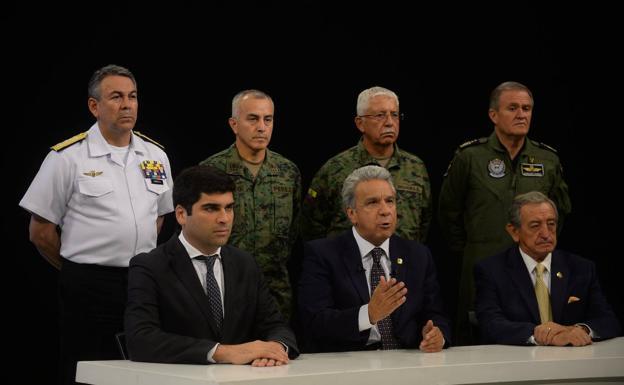 Lenín Moreno, rodeado por miembros de su Gobierno y el alto mando militar se dirige a la nación.