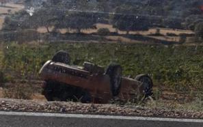 Dos jóvenes heridos, uno de ellos grave, en una salida de vía con vuelco en Cañamero
