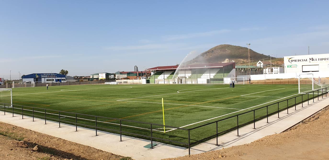 El campo de fútbol de Logrosán ya luce su nuevo césped artificial