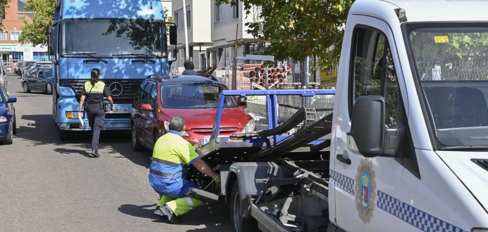 La Policía Local retira los coches mal estacionados en la calle la Buganvilla