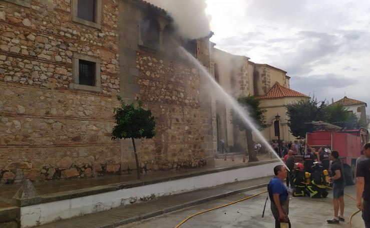 Arde parte de la cubierta de la iglesia parroquial de Cabeza del Buey