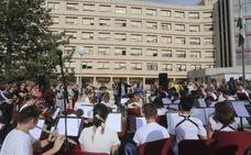 Decenas de personas se dan cita a las puertas del hospital para escuchar a la Joven Orquesta