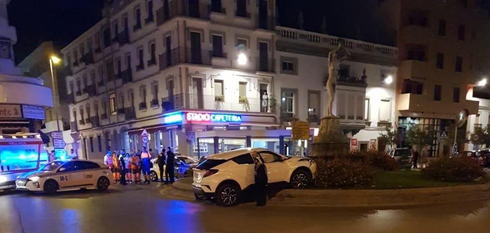 Un conductor herido al chocar con una rotonda en Almendralejo