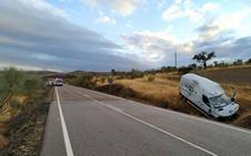 Herido tras una salida de vía de una furgoneta de reparto cerca de Hornachos