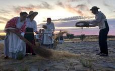Esparragosa de la Serena recrea el trabajo en la era y la siega tradicional