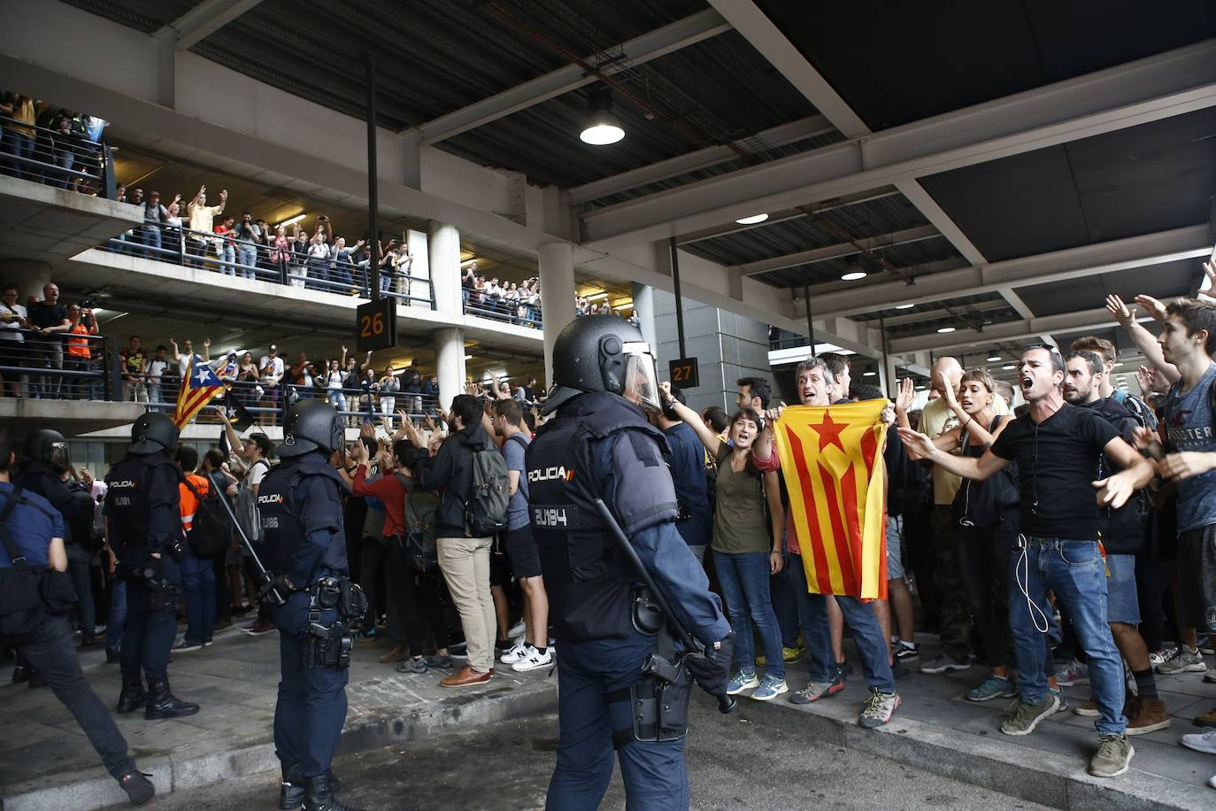 Miles de manifestantes toman el aeropuerto de El Prat
