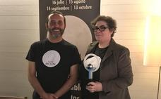 Montserrat Soto recibe el primer premio de la luna llena de Cáceres