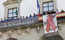 Salaya revoca una resolución de Nevado y las pancartas vuelven al balcón consistorial
