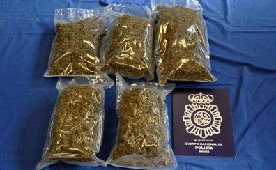 Dos detenidos con cinco kilos de marihuana en la barriada de San Juan de Mérida