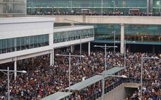 Fallece un turista francés que sufrió un infarto durante el bloqueo al aeropuerto de El Prat