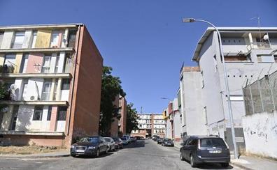 Intenta agredir a los agentes cuando retiraban su coche empotrado contra un árbol en Badajoz