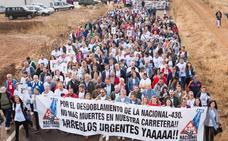 4.000 voces gritan sobre el asfalto de la N-430 para pedir que sea autovía