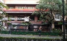 Una rama cae sobre el toldo de la terraza de Acuario