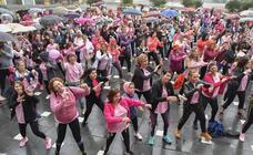 La lluvia en Extremadura no detiene la marcha rosa contra el cáncer de mama