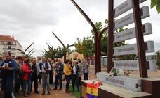 Una escultura recuerda en Villanueva a los deportados a campos nazis