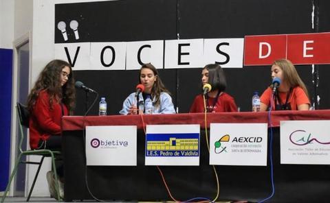 Los alumnos del Pedro de Valdivia de Villanueva ponen voz a la radio educativa