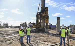 Comienzan a instalar los 112 pilotes que sustentarán el quinto puente sobre el Guadiana en Badajoz