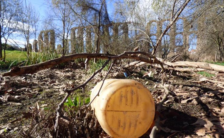 Adenex denuncia la acumulación de basura en el río Albarregas